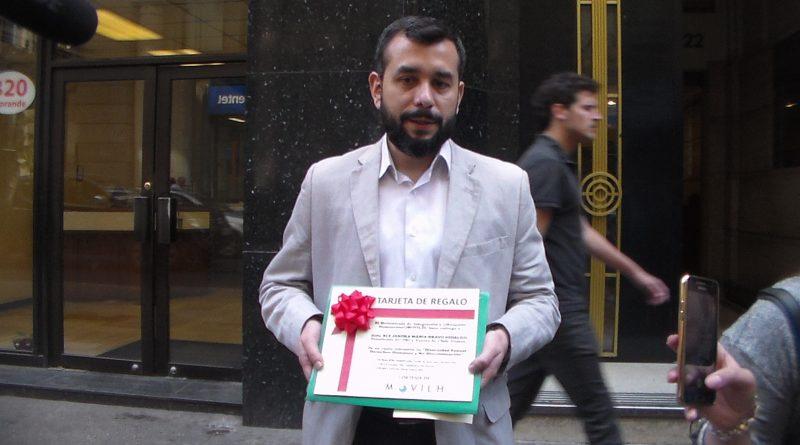 MOVILH entrega regalos sobre educacion sexual hacia la presidenta del PRI